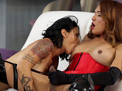 Huge bimbo Dana Vespoli kissing and doing a tranny Jessica Fox
