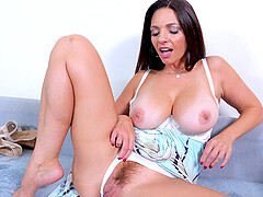 Mindi Mink uses her fingers to reach strong orgasm in her bedroom